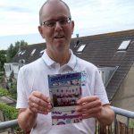 Schrijver Leo van der Meer poseert met zijn nieuwe boek.
